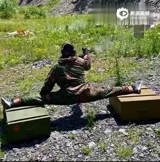 国外猛士悬空一字马劈叉 单手连发打光AK弹匣