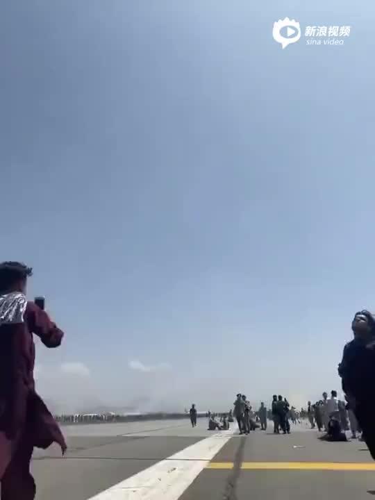 实拍:美军C-17运输机起飞 又有人从机上掉落