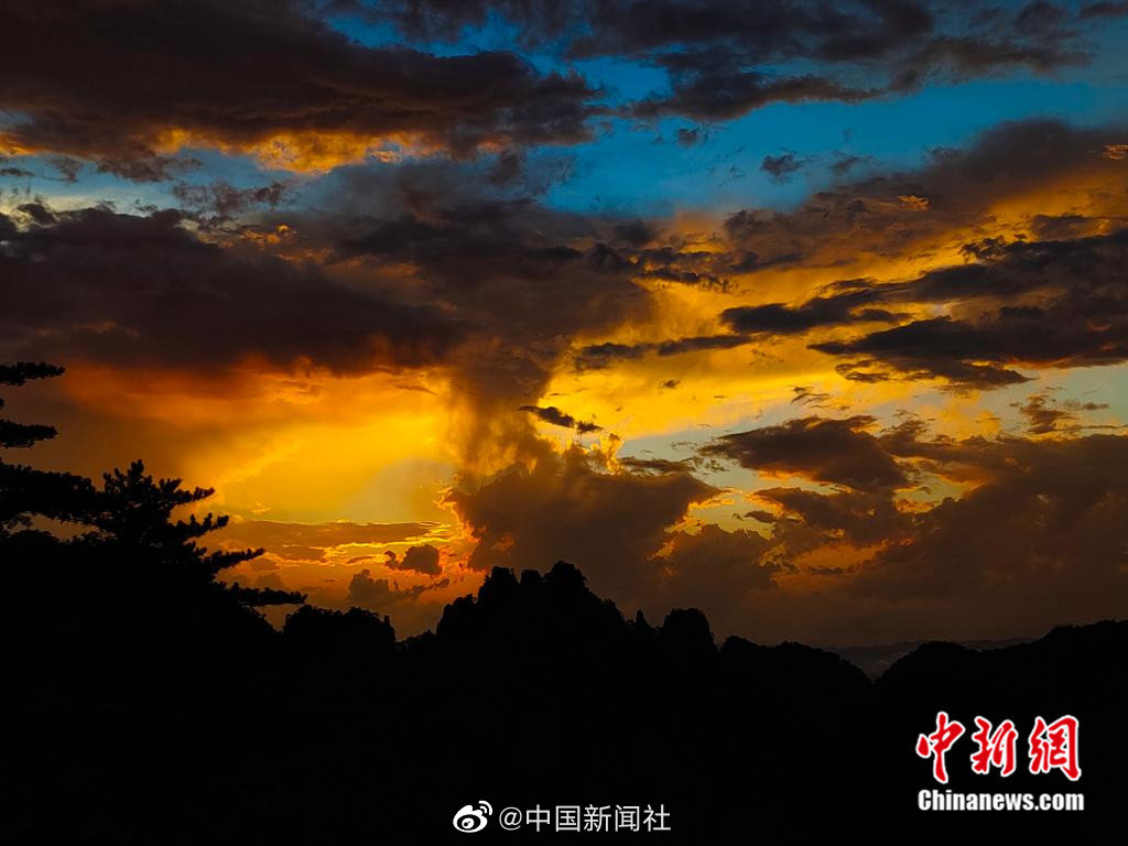 安徽黄山现火烧云景观