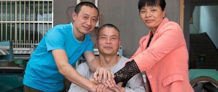 女子带瘫痪前夫改嫁的16年:三人一个屋檐下生活,现任丈夫称他大哥   深度报道