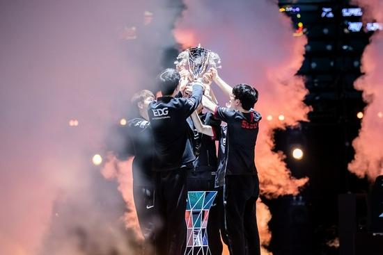【蜗牛电竞】LPL 2021夏季赛冠军EDG访谈:老将新生,再度起航