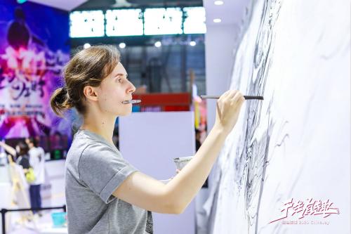 20年传奇热血巨制!乌克兰画家CJ现场描绘经典巨幅画卷