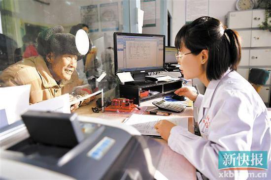 ■全年自付超過3.6萬元部分大病保險報銷比例提高了15%(圖文無關)。新華社資料圖