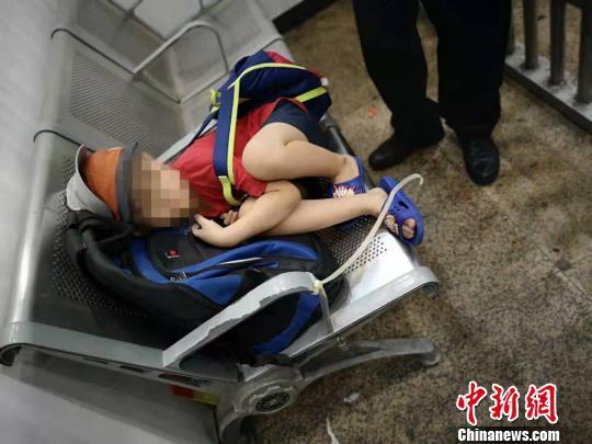孩子背著小書包睡著了 李婷 攝