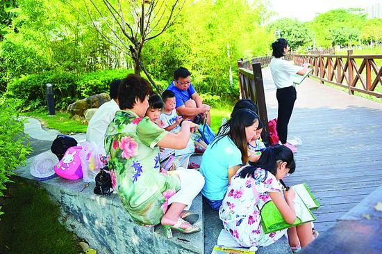 游客在红树林城市湿地公园参加主题活动。