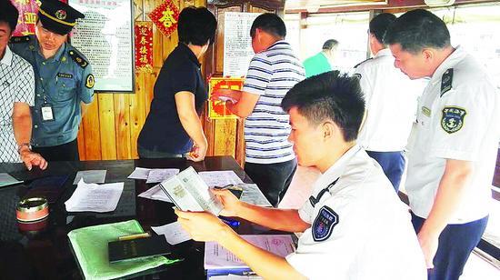 执法人员在检查休闲渔船。