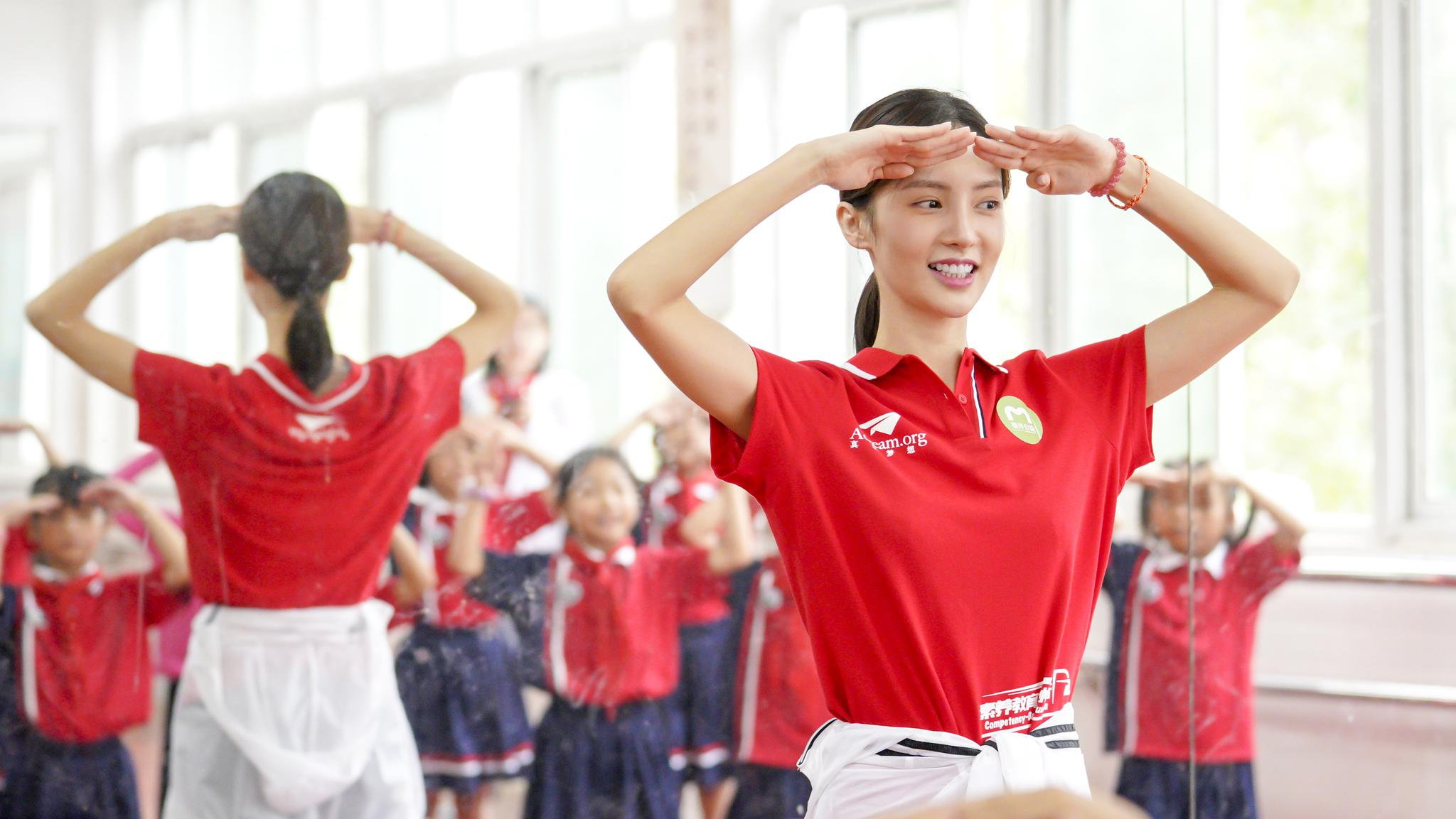 演员金晨给同学们教授梦想舞蹈课