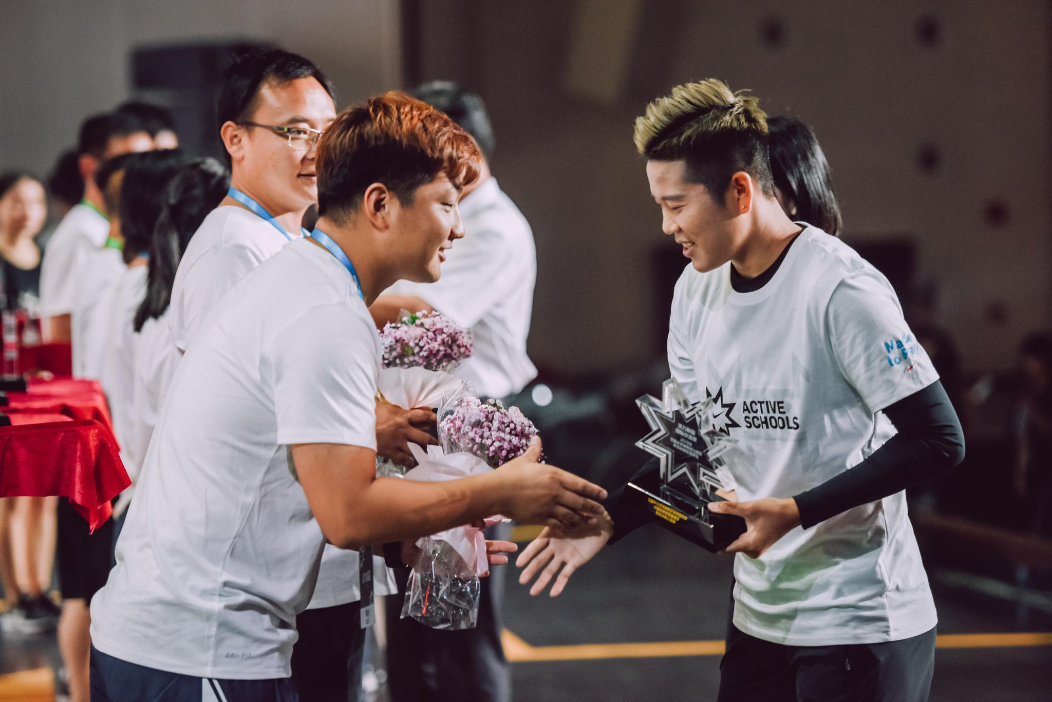 女足国家队运动员李影为获奖教师颁奖