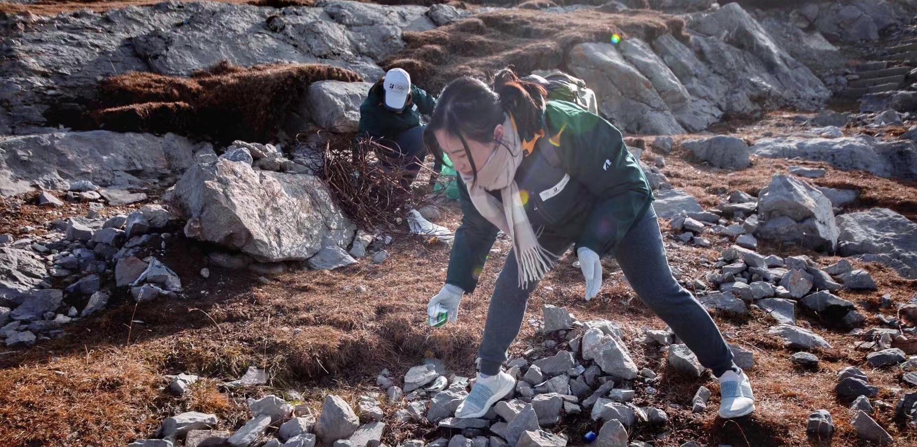 志愿者在湖边进行垃圾清理