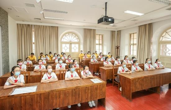 春蕾女童在北大二院旧址开展党史教育学习