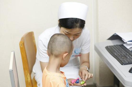 医院医师通过专业仪器对每个孩子的发音水平做出评估