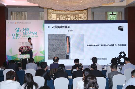 获得冠军的天津大学团队在展示他们的项目:光立方——选择性聚光光伏系统。