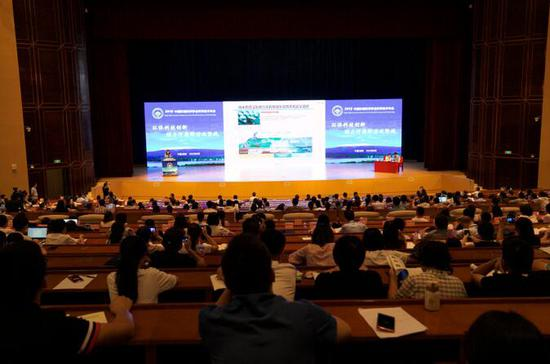"""中国环境科学研究院研究员赵晓丽在""""青年科学家专场""""介绍磁性纳米材料"""