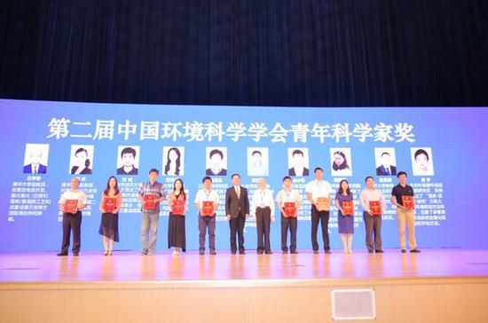 """8月23日上午10名""""第二届中国环境科学学会青年科学家奖""""金奖获得者上台领奖"""