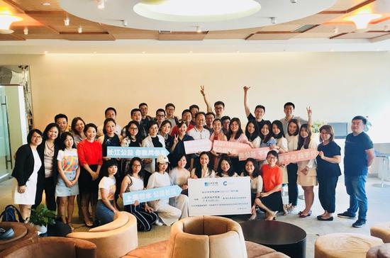 FMBA2017级学员为公益画展捐款人民币5万元