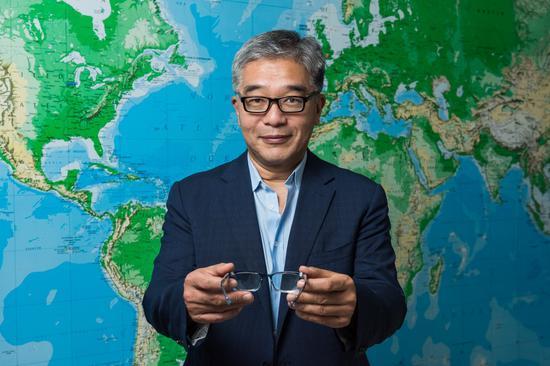 陈禹嘉在15岁考驾照时才知道自己有视力问题。在全球,视力不良但无法获得相关视力服务的人口是25亿,如何让视力产品和服务更加普遍化,是一个很大的挑战。