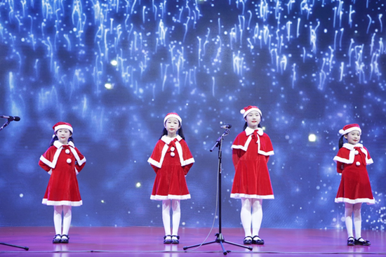 一首温暖的圣诞欢唱,敲开了通往梦想世界的大门。