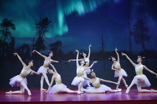 中国国家芭蕾舞团的小舞者们带领大家进入了《九色鹿》的世界,呼吁大家要保护环境、爱护动物。