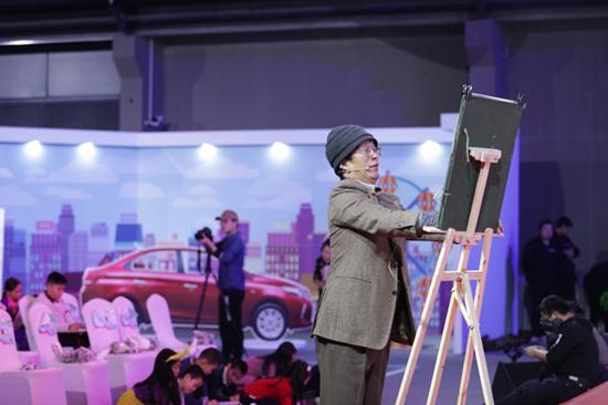 上海松江区东权艺术进修学校校长、画家尹东权带领小画手们为新朋友雪豹送上了精心绘制的雪豹画像。