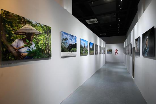 """由爱茉莉太平洋携手中国妇女发展基金会共同举办的""""妆典生命""""影像展在上海举行"""