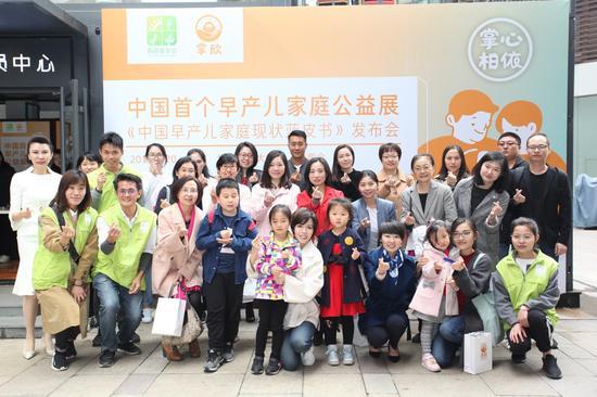 董洁、吴镇宇暖心助力中国首个早产儿家庭公益展
