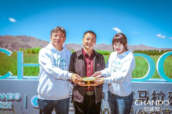 张波副县长为自然堂公益一行赠送草籽