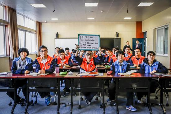 延安中学学生在上卫星课。