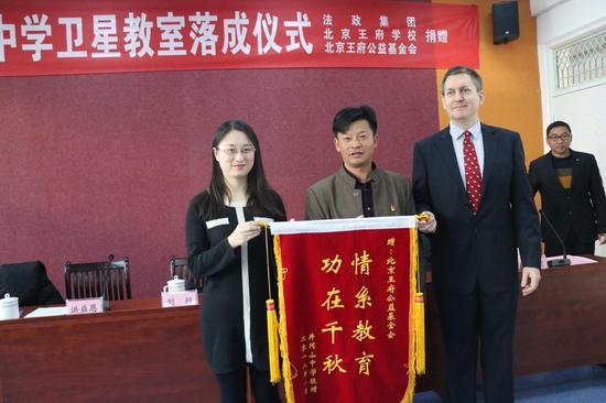 北京王府公益基金会向井冈山中学捐赠卫星教室。