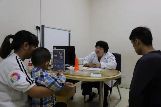 北京⼉童医院保健中心副主任医师张晚霞问询孩子情况