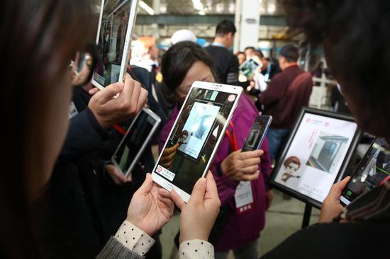 乘客代表通过AR技术参观京港地铁车辆段