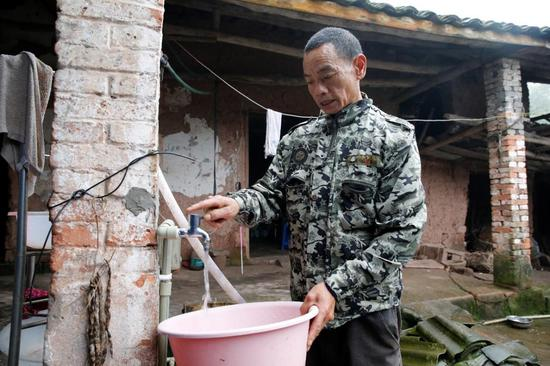 村民卢师傅家用上了自来水