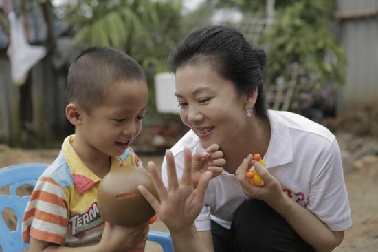 爱助事实孤儿项目下乡回访-刘秘书长在陪伴受助孩子