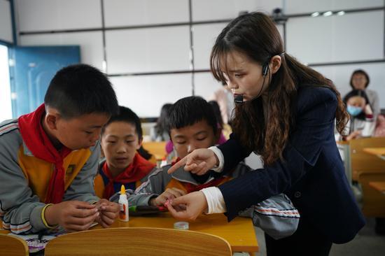 彭文静老师在公开课中指导学生制作气动纸火箭