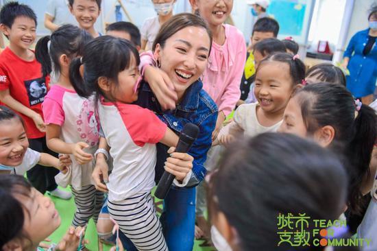 @DeeenaM 老师带领所有孩子一起合唱《听我说谢谢你》