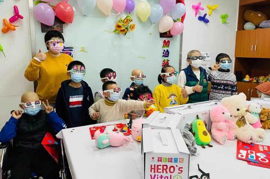 孩子们戴着自己制作的心情眼镜合影