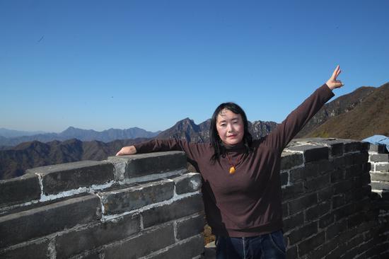 """(张晓军参加""""香橙妈妈大学北京研学营""""登上了长城)"""