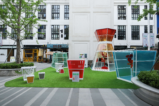 """可口可乐中国携手上海长寿路街道,打造以""""回收我,回头见""""为主题的循环再生公众宣传展,展现饮料瓶的再生价值和循环美学的魅力。"""