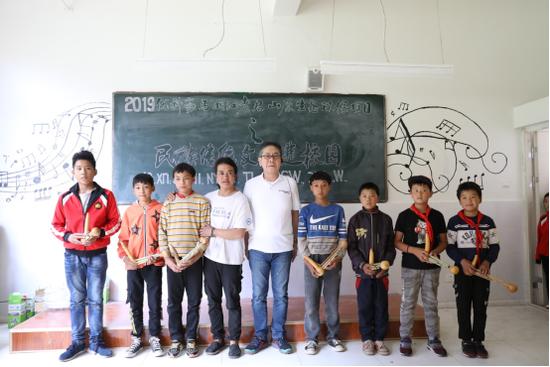 葫芦笙捐赠现场,优科豪马橡胶有限公司董事长桂川秀人(中)
