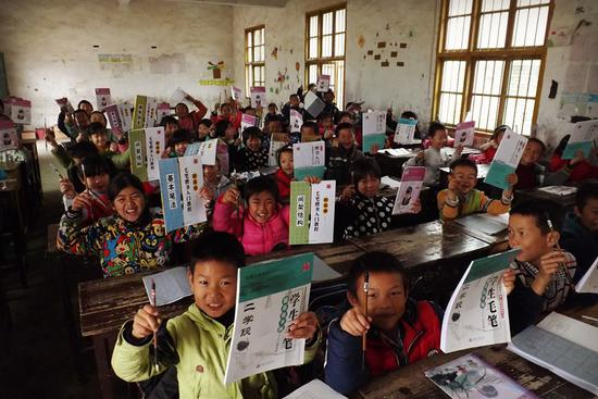 中国西部人才开发基金会送给留守儿童的百宝箱