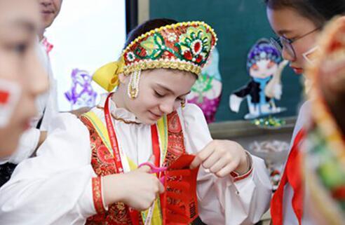 """十国少年走进学校的十个班级,共同参与""""一带一路""""十国文化主题体验活动"""
