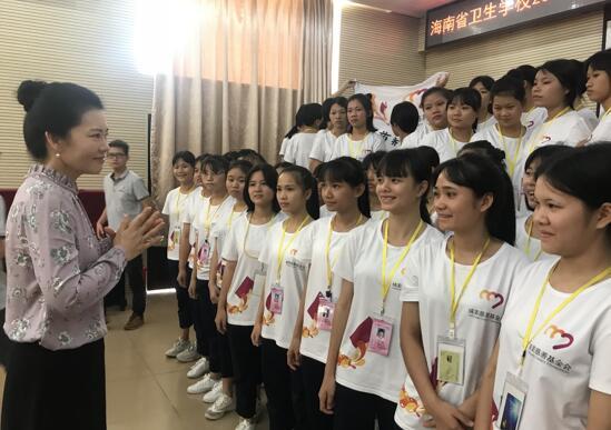 """刘英子与""""情暖少数民族女孩""""项目资助的孩子们交流。"""