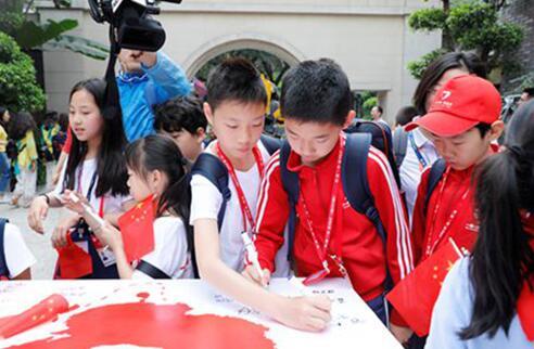 十国代表团分别在属于自己国家的签名台上签名并合影