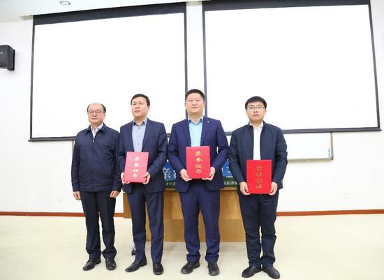 陈志朝(左一)向捐赠人代表矫超(左二)、张国华、郑杰(右一)颁发捐赠证书