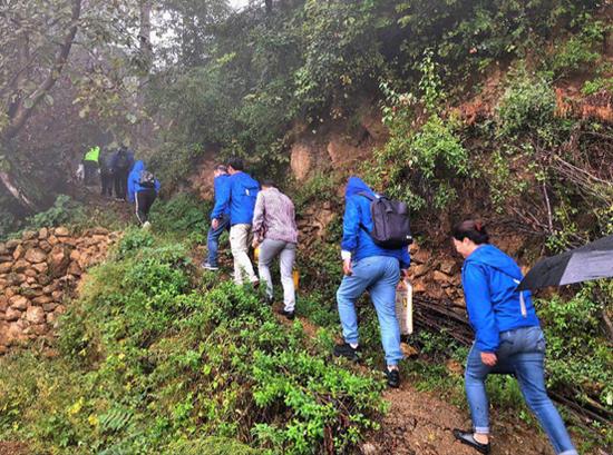 穿过泥泞的乡间小路,学员们沿着山路吃力前行