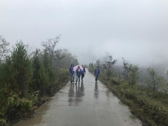学员们下车步行爬山