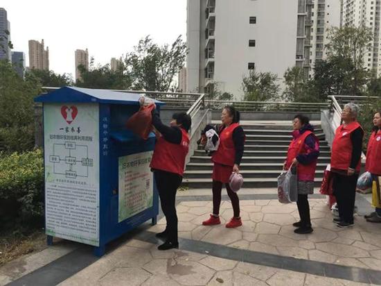 """小区居民志愿者踊跃向""""一家衣善""""旧衣回收箱捐赠衣物"""