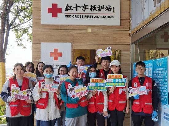 活动参与者和红十字志愿者们