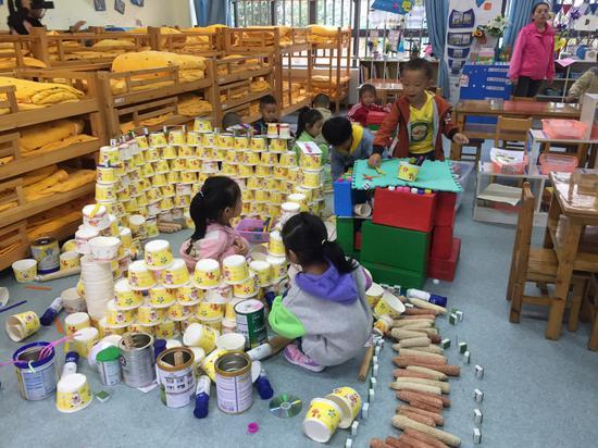 遵义农村幼儿园里,幼儿用纸杯等生活用品进行搭建。