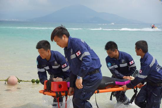 三亚市红十字水上救援队进行海上救护伤员演练