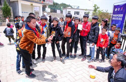 趣味运动会之投递乒乓球。(摄影:吴鑫鑫)